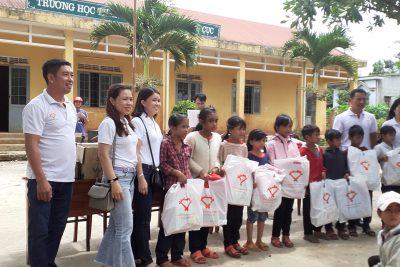 Để góp thêm động lực cho học sinh học tập tốt trong năm học 2019 – 2020 nhà trường đã đón đoàn từ thiện do các anh chị em nhóm từ thiện Bạn và tôi trao 30 suất quà cho học sinh nghèo của trường
